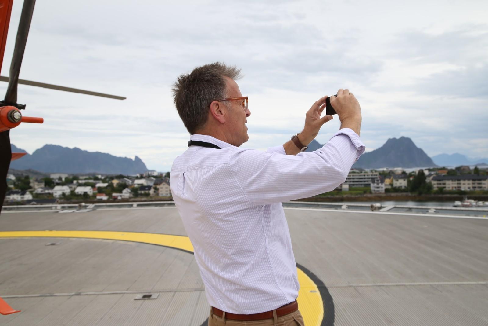 Downsizing-produsent Mark Johnson lar seg fascinere av landskapet, og benytter anledningen til å ta noen bilder.