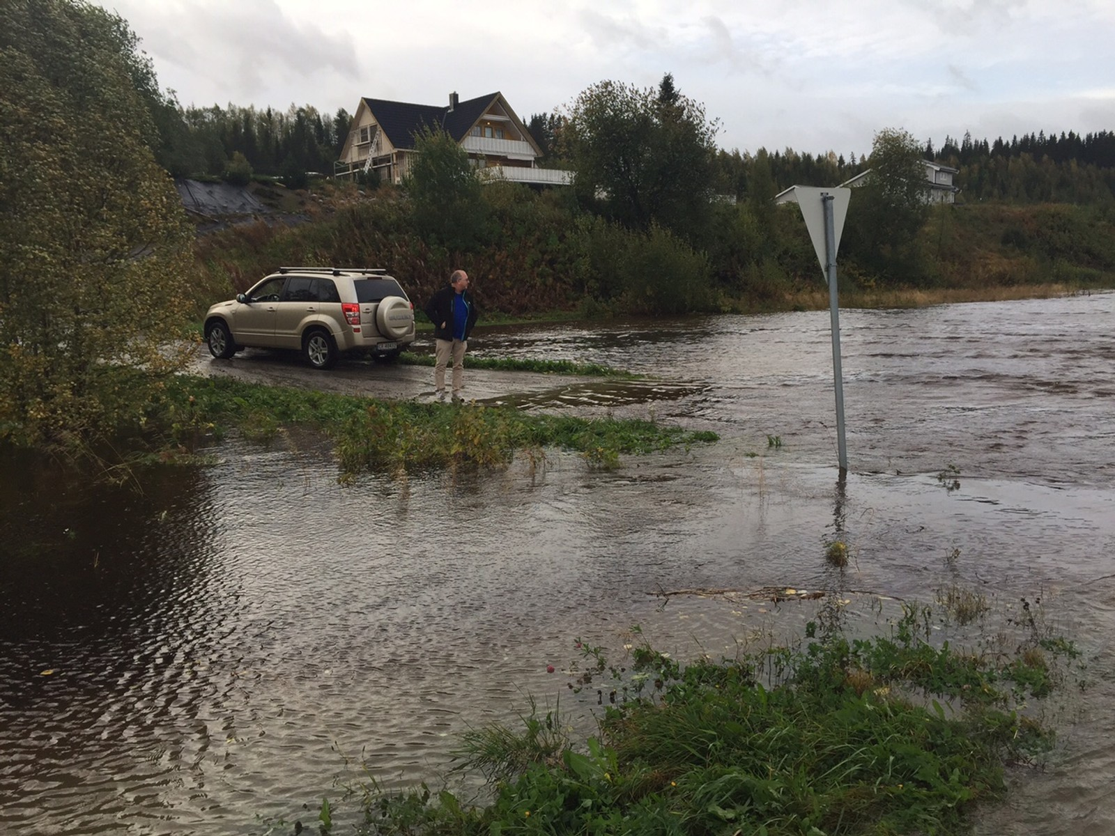 Oversømmelse på Sørsidevegen i Overhalla.