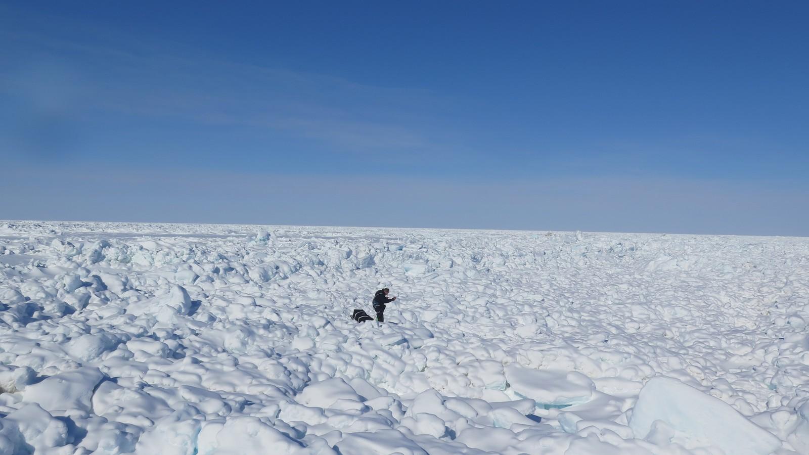 Ufremkommelige partier av is gjorde at de måtte gå til fots og slepe det tunge utstyret i flere kilometer lange partier.