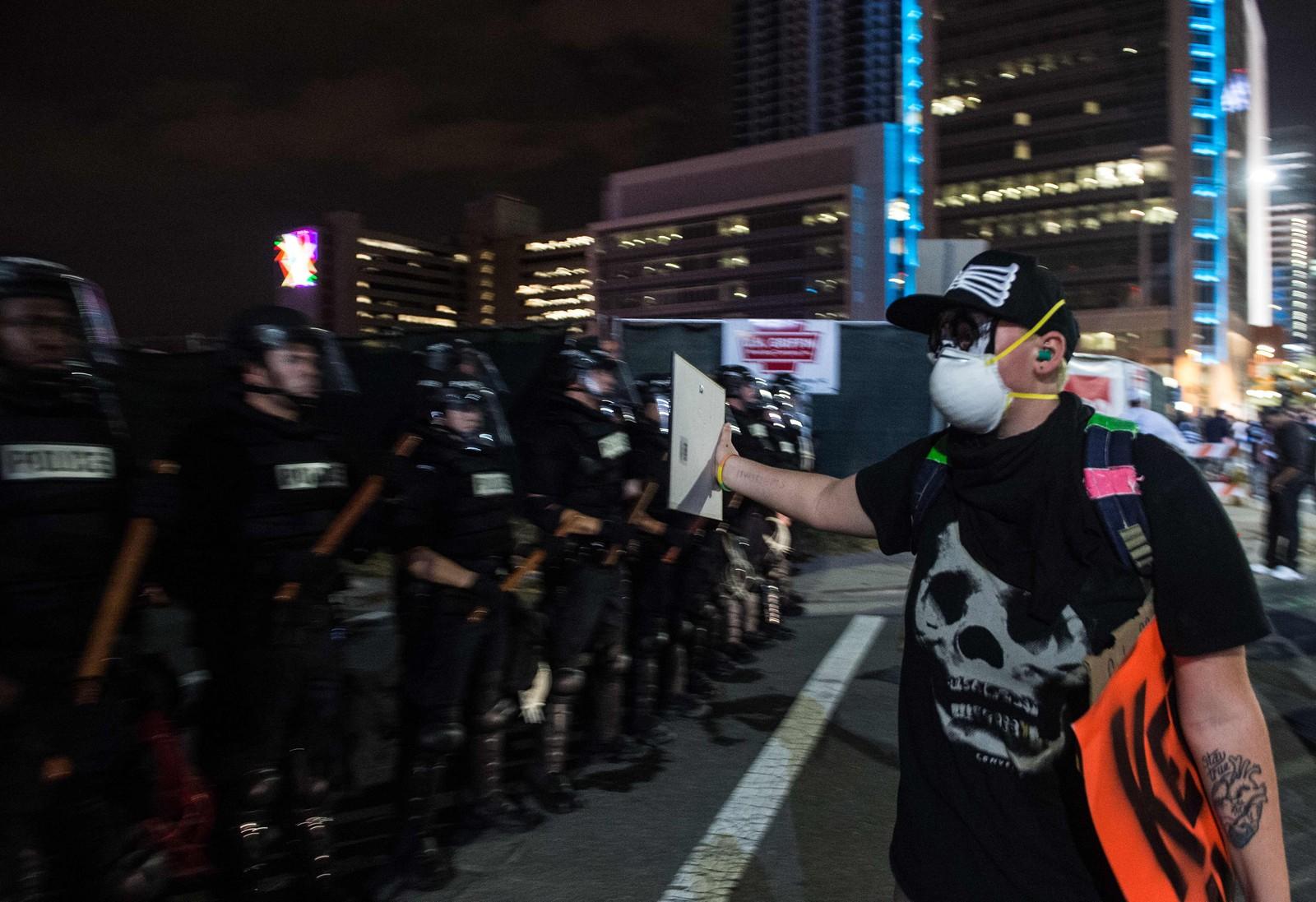 Hundrevis av demonstranter trosset portforbudet i Charlotte.