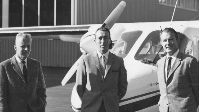 Andreas Hjelmeland (i midten) med feitt av flya han kjøpte. Til venstre rådmann Lars Askevold og til høgre ordførar Reidar Tveit i Førde kommune.