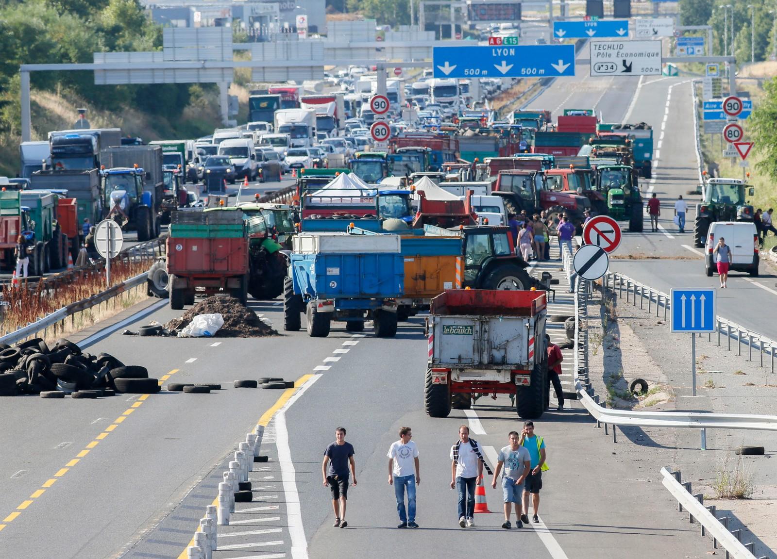 Det ble fullstendig kaos da bøndene blokkerte motorveien A6 ved Limonest utenfor Lyon.