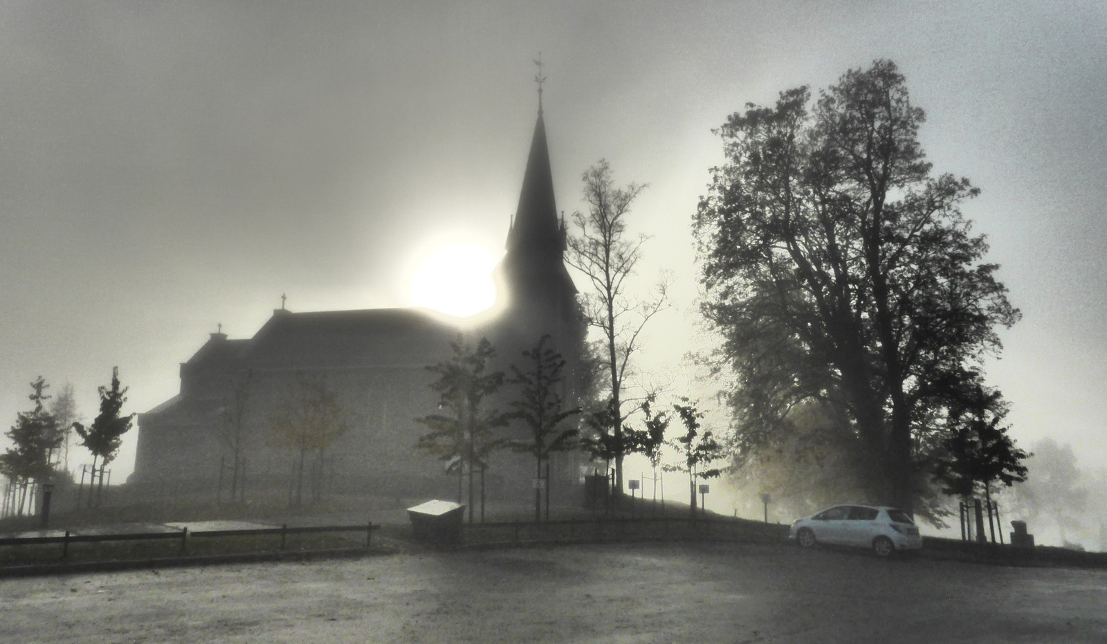 Havstein kirke i tåke