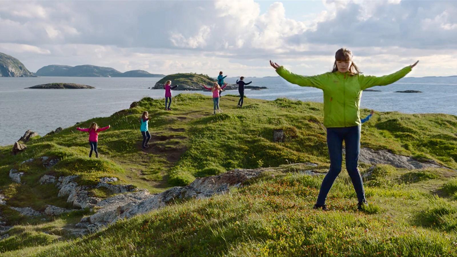 Mange av videoane er filma utandørs i flott natur. Biletet er frå ein av filmane som kjem på Noregs Ungdomslag sitt «Folkepedia».
