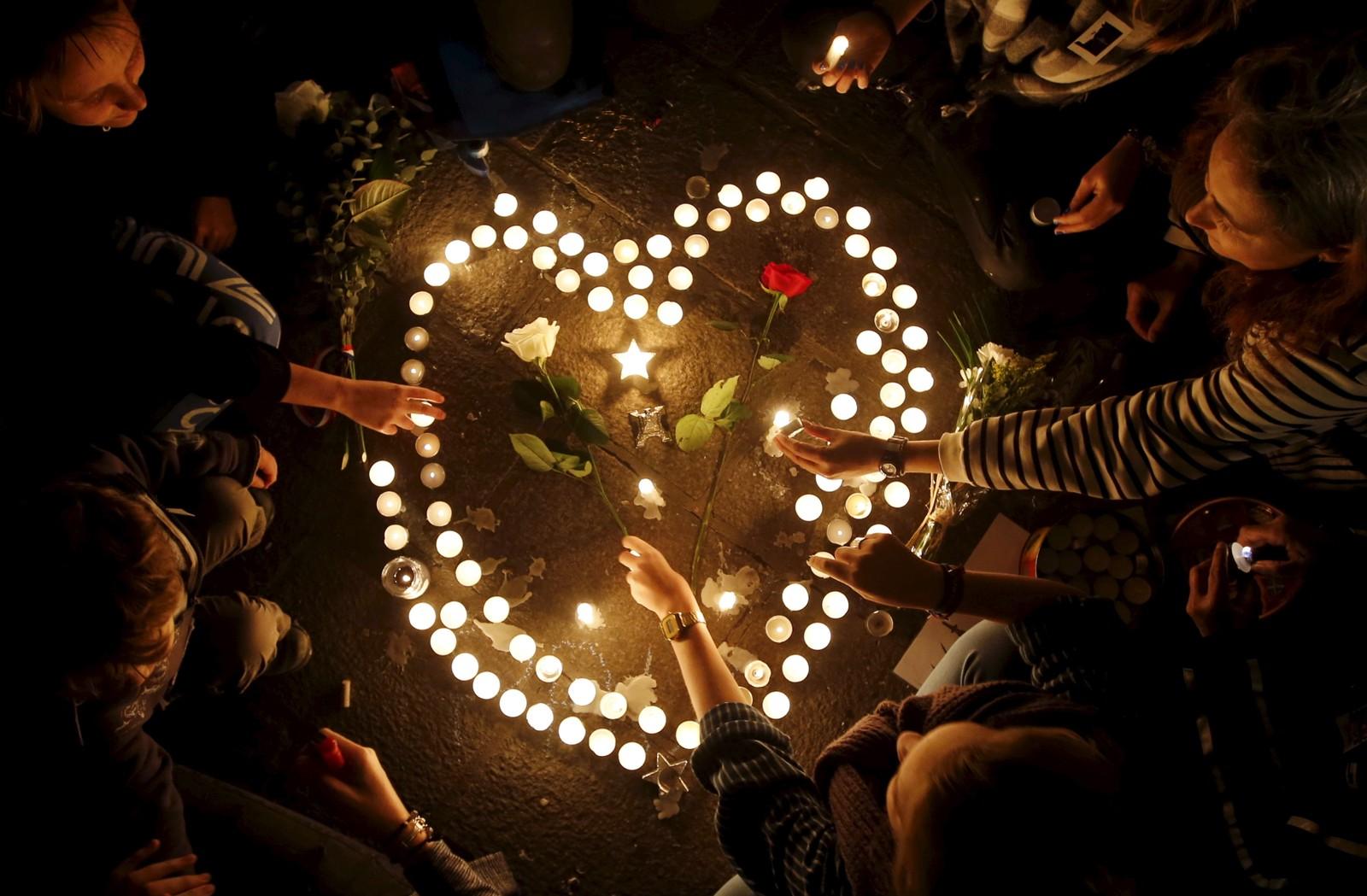 Ungdommer i Marseilles tenner lys for de mange ofrene.