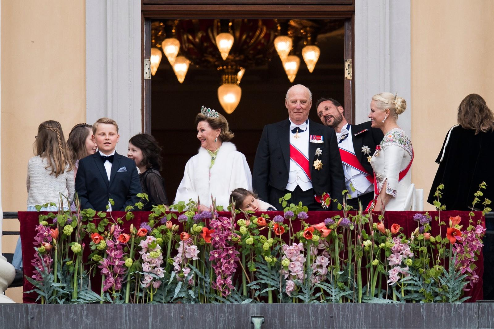 Kongeparet med kongelige gjester hilser publikum fra slottsbalkongen i anledning sin 80-årsfeiring. Leah Isadora Behn (f.v), prinsesse Ingrid Alexandra, prins Sverre Magnus, Maud Angelica Behn, dronning Sonja, Emma Tallulah Behn, kong Harald, kronprinsesse Mette-Marit, kronprins Haakon og Märtha Louise. Her danser kronprins Haakon under bursdagssangen.