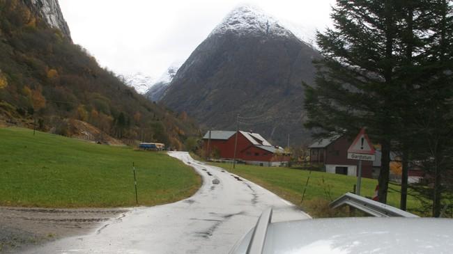 Fram til 2005 gjekk trafikken på vegen mellom Sogndal og Skei på denne smale gardsvegen gjennom tunet på Kjøsnes. Foto: Kjell Arvid Stølen, NRK.
