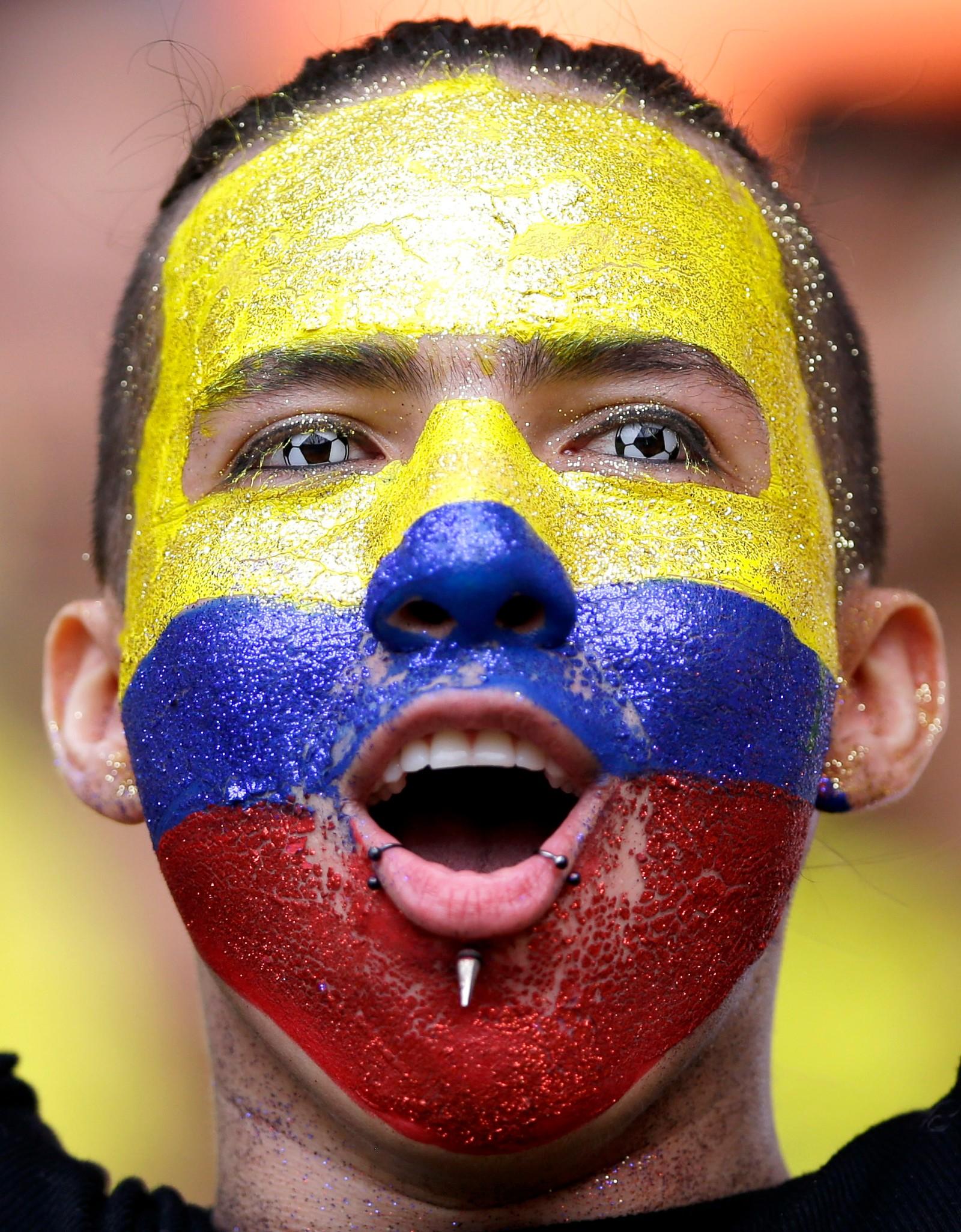 Han er litt over middels interessert i fotball. Det ble til slutt 2-2 mellom Colombia og Uruguay.