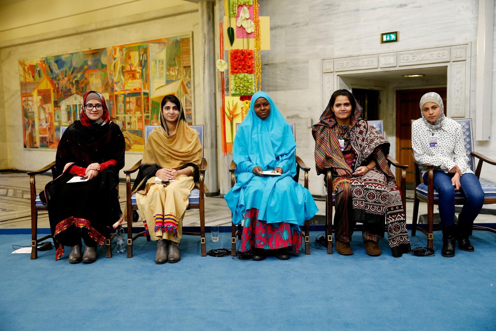 VENNINNENE: Malalas venninner tok plass på stolene hvor Nobelkomiteen satt på podiet i Oslo rådhus etter fredsprisutdelingen. (fra venstre) Syriske Mezon Almellehan, pakistanske Kainat Riaz, nigerianske Amina Yusuf, pakistanske Kainat Somroo og pakistanske Shazia Ramzan. Malala Yousafzai og Kailash Satyarthi mottar Nobels Fredspris 2014 i Oslo Rådhus. Foto: Cornelius Poppe / NTB scanpix