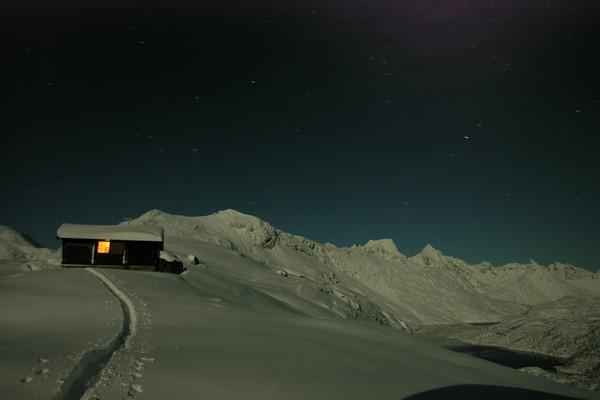 Snytindhytta i fullmåne - Foto: Trond Løkke