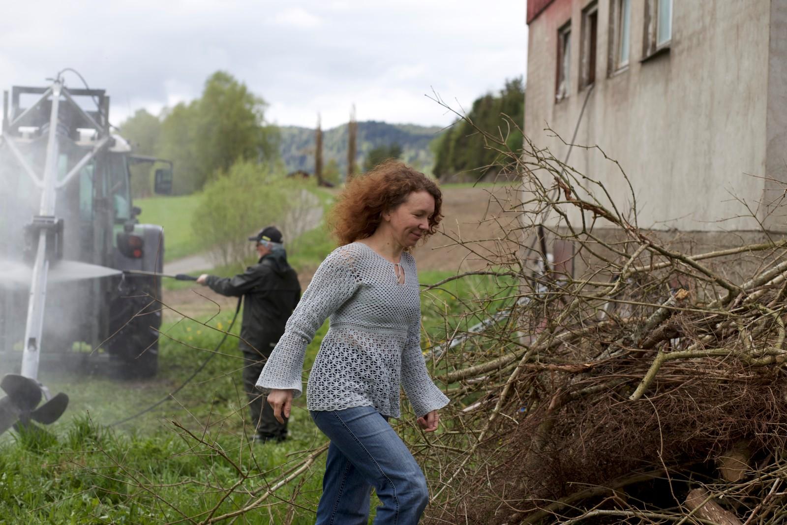 Arbeidet på gården må gå sin gang, også etter at grisefjøset ble rammet av MRSA.