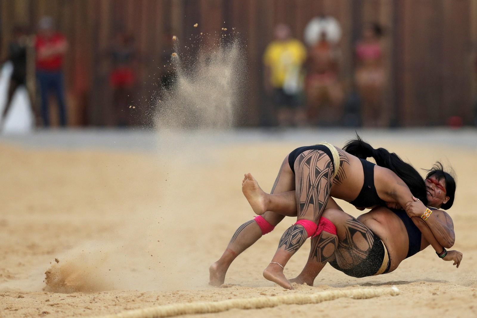 Urfolks-lekene ble arangert i Palmas, Brasil denne uka.  Her barker to kvinner sammen i en såkalt Huka Huka-kamp.