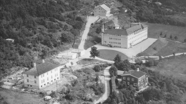 Nordfjord sjukehus på flyfoto frå 1953. Huset nærast er bustad for pleiarar. Det var opphaveleg funksjonærbustad for kraftutbygginga i Ålfoten. Foto frå Johan Ottesens arkiv.