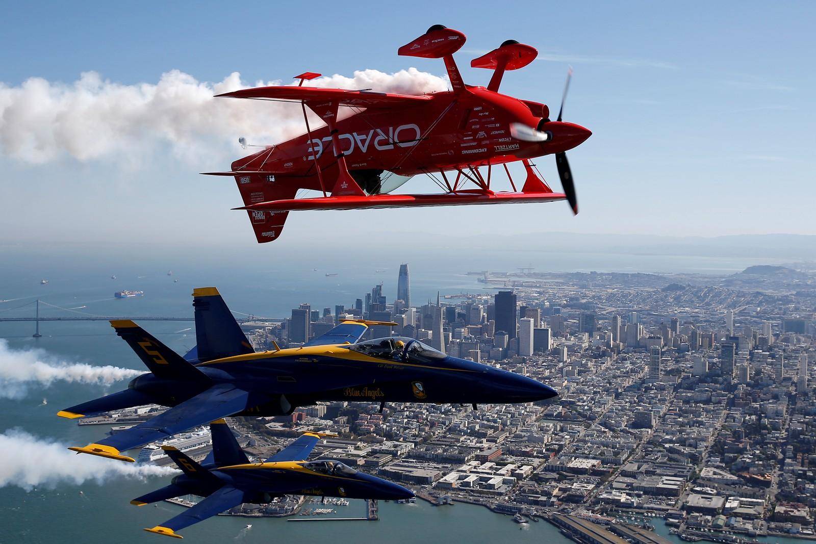 Høytsvevende akrobatikk over San Francisco denne uka. Stuntet ble gjort i forbindelse med arrangementet Fleet week.
