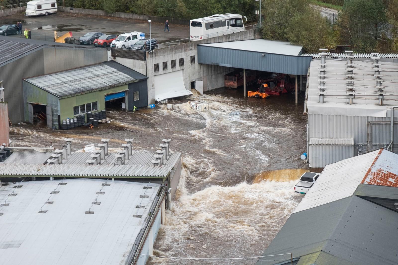 KRISTIANSAND: Topdalselva ved Boen flommer inn på Boen bruk fabrikken.