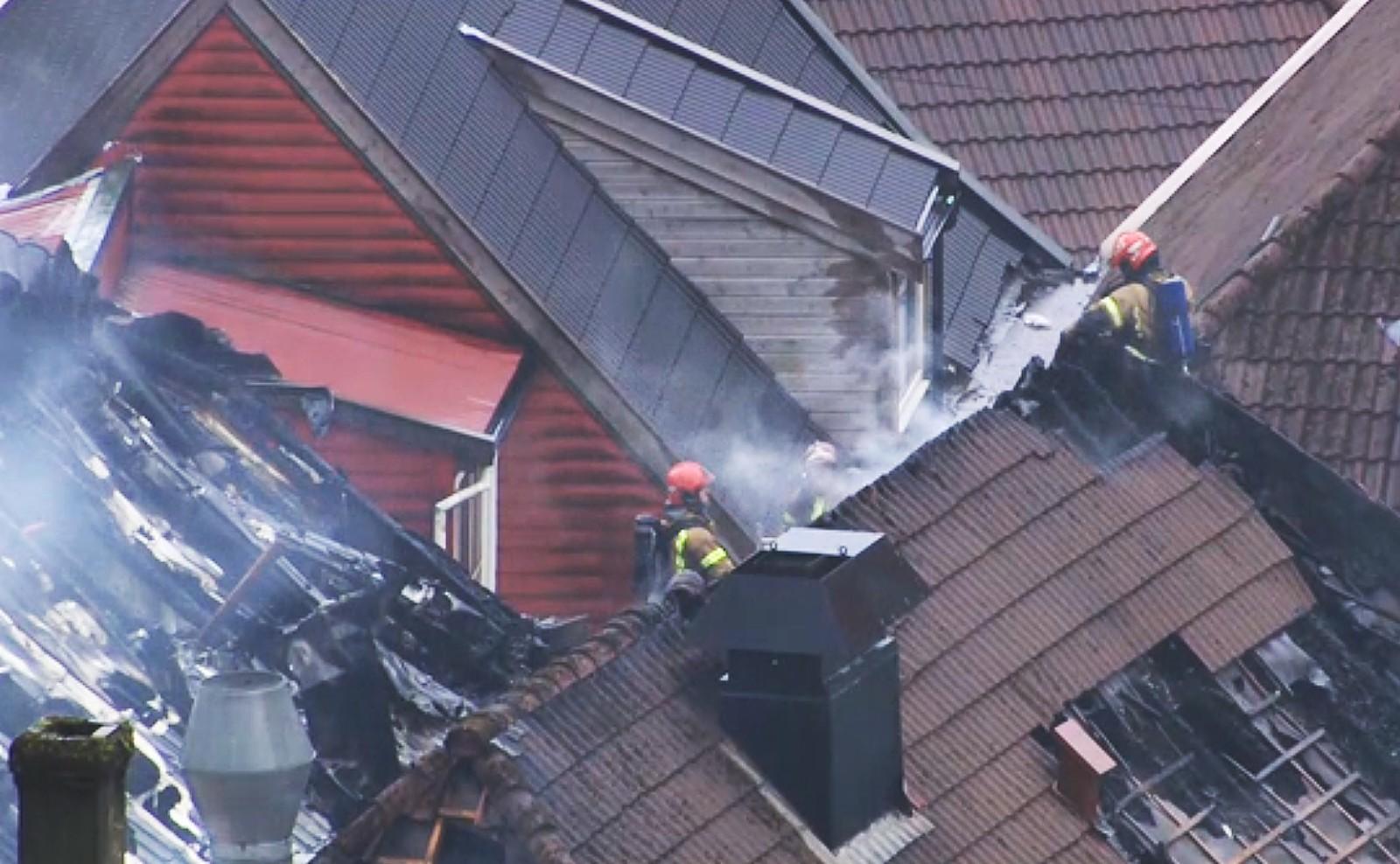 Brannvesenet har jobbet iherdig på hustakene for å få kontroll på brannen. De har fjernet takstein og gått gjennom takene for å komme til flammene.