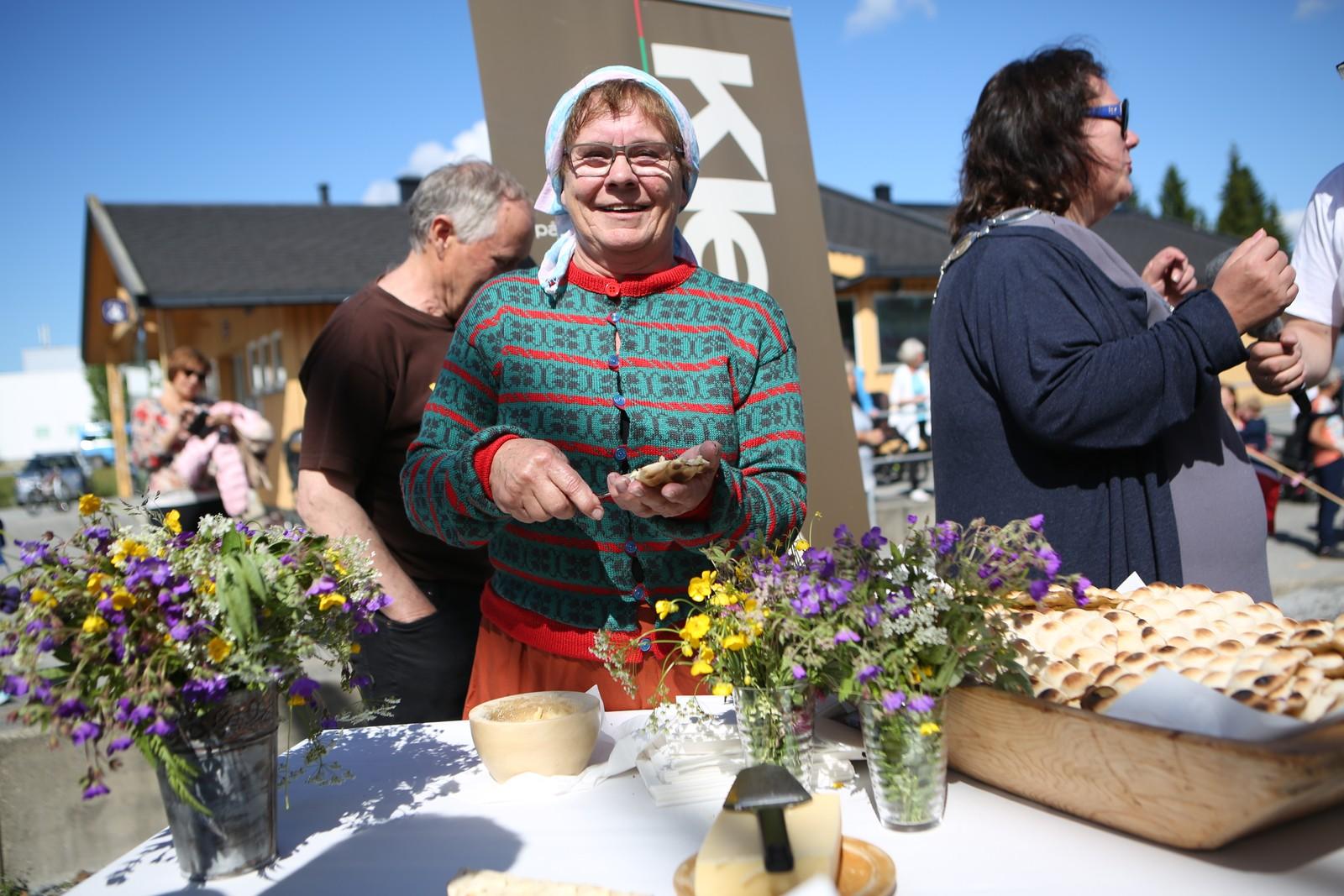 Elsa Hoel serverer kamkaker på Bjerka stasjon.