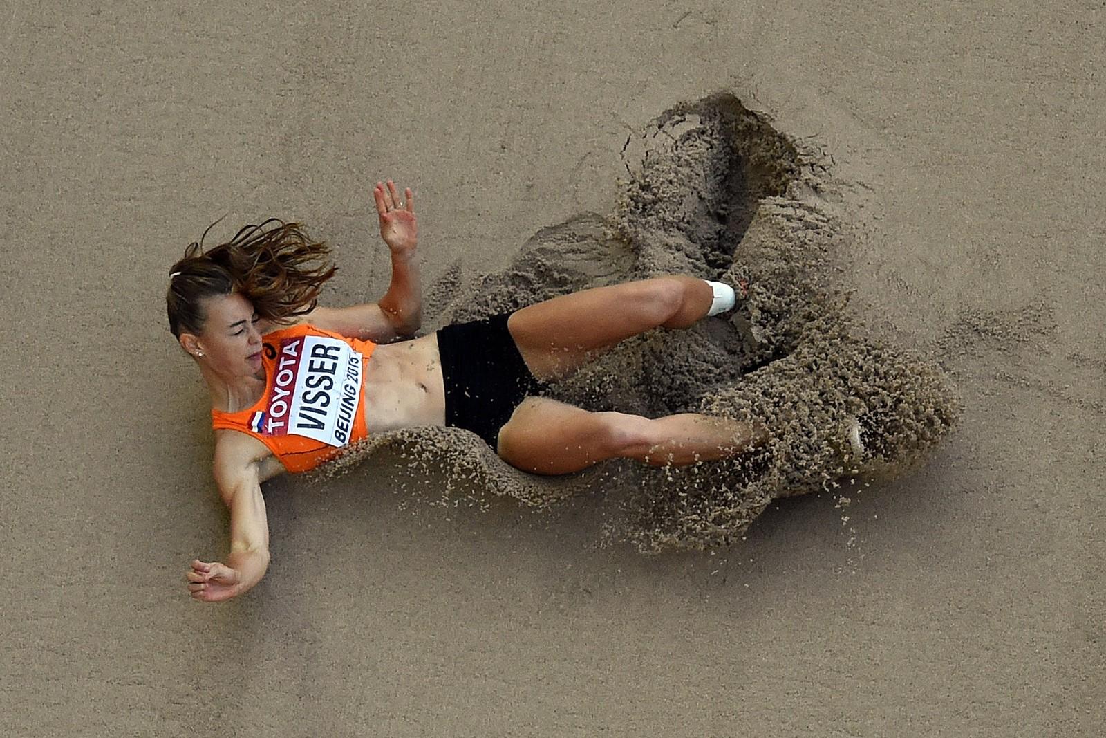 Nederlandske Nadine Vissers nedslag får sanden til å sprute under sjukampen i VM denne uka.