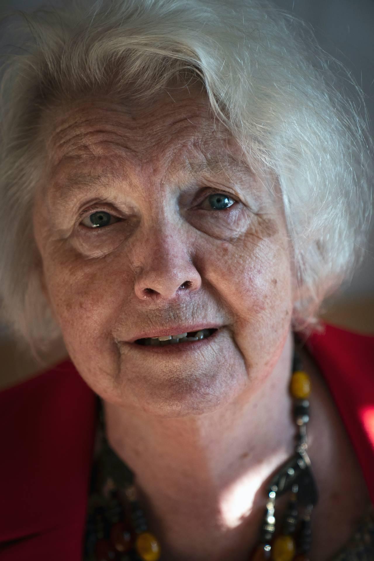 Anne Marie ser i kamera med blanke øyne.