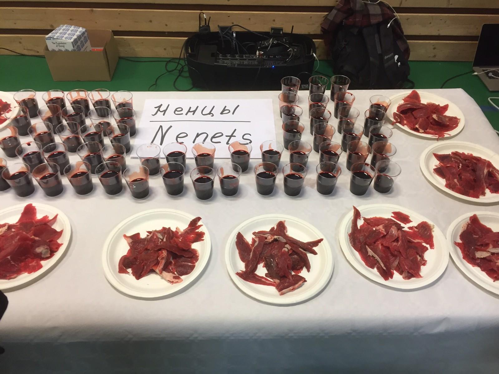 Mat som nenets-folket har laget, blant annet rått kjøtt og blod