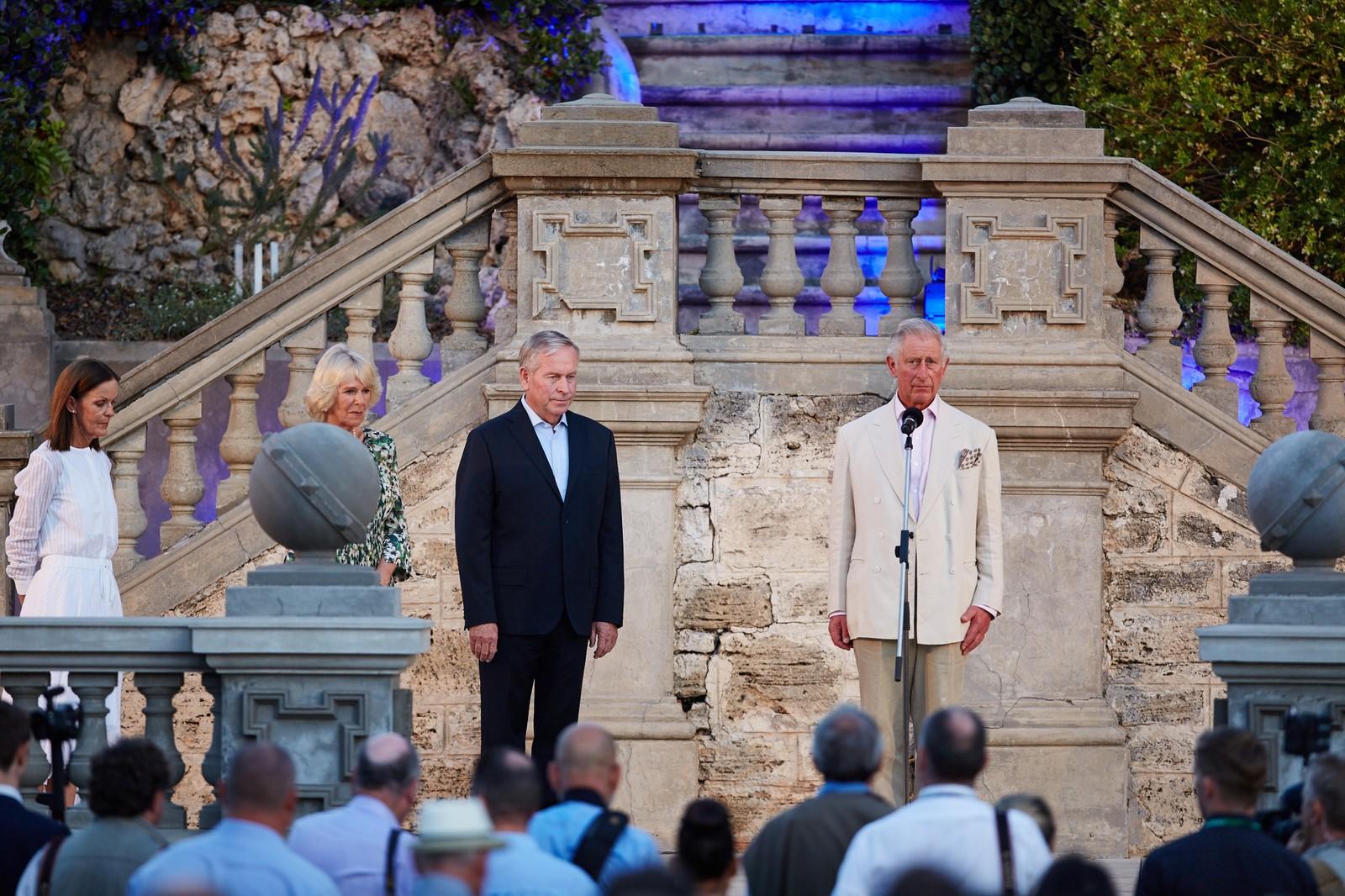 Prins Charles holdt ett minutts stillhet i Australia for ofrene etter Paris-terroren.
