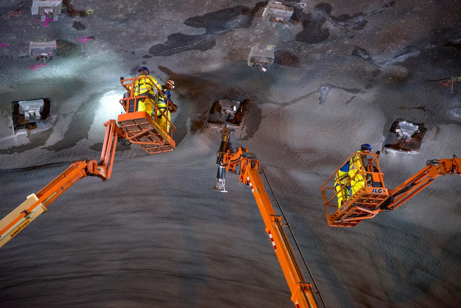 Tusen tonn stål og ti tusen kvadratmeter akustisk himling går med for å bygge taket i den nye stasjonshallen inne i Holmestrandsfjellet. Foto: Anne Mette Storvik/Jernbaneverket