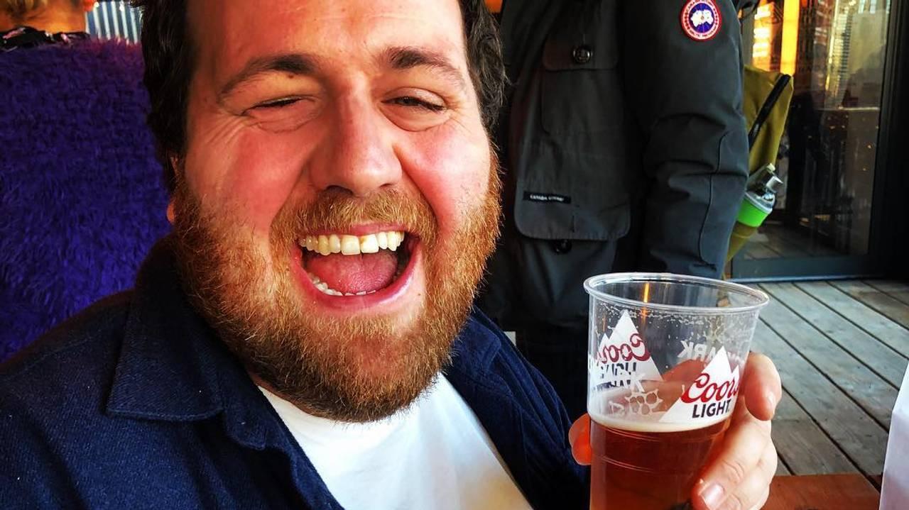 Ronny Brede Aase koser seg med hamburger og øl.