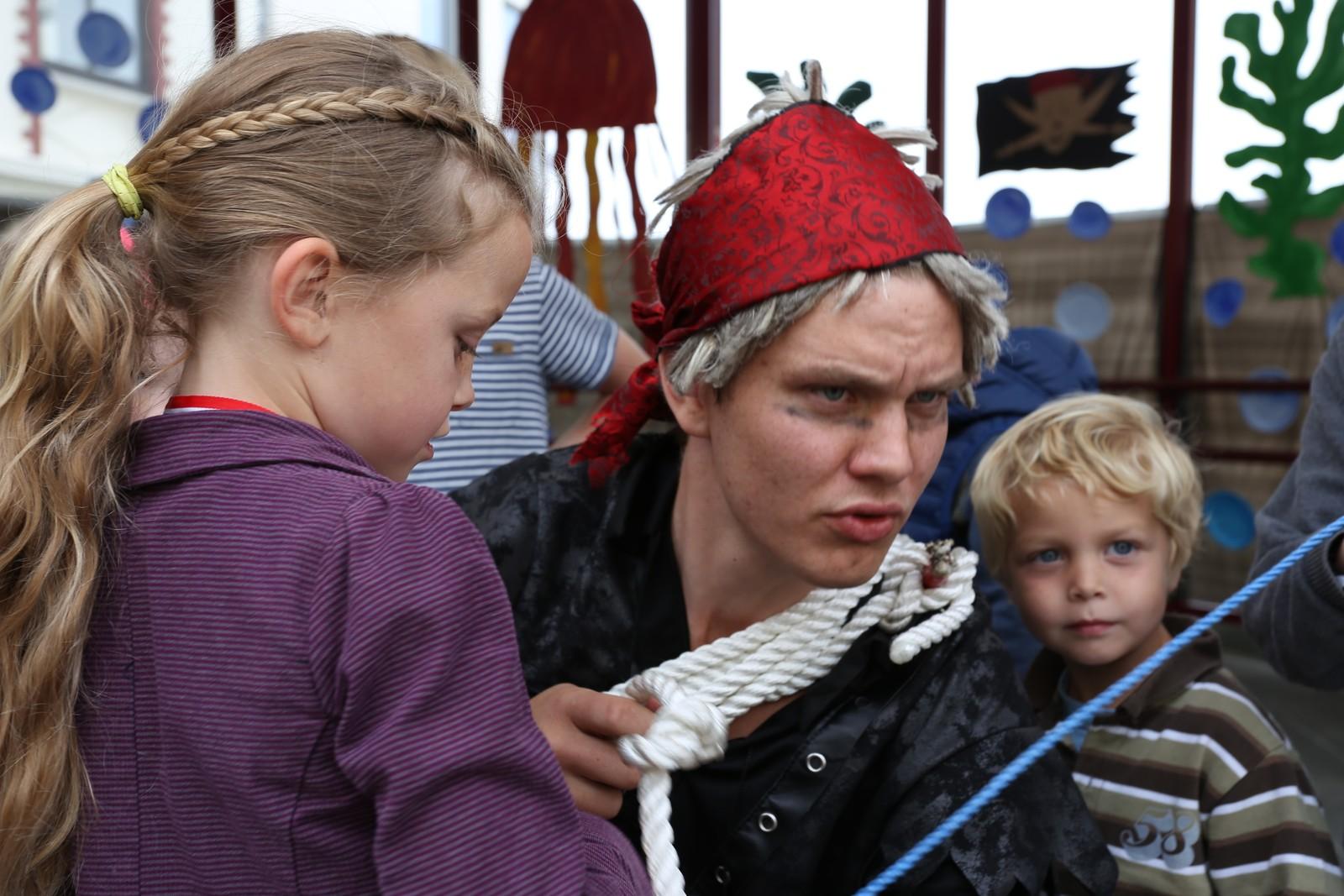 Rut Mathea Watland Breen og Benjamin Watland Breen lærer knutar av sjørøvarar.