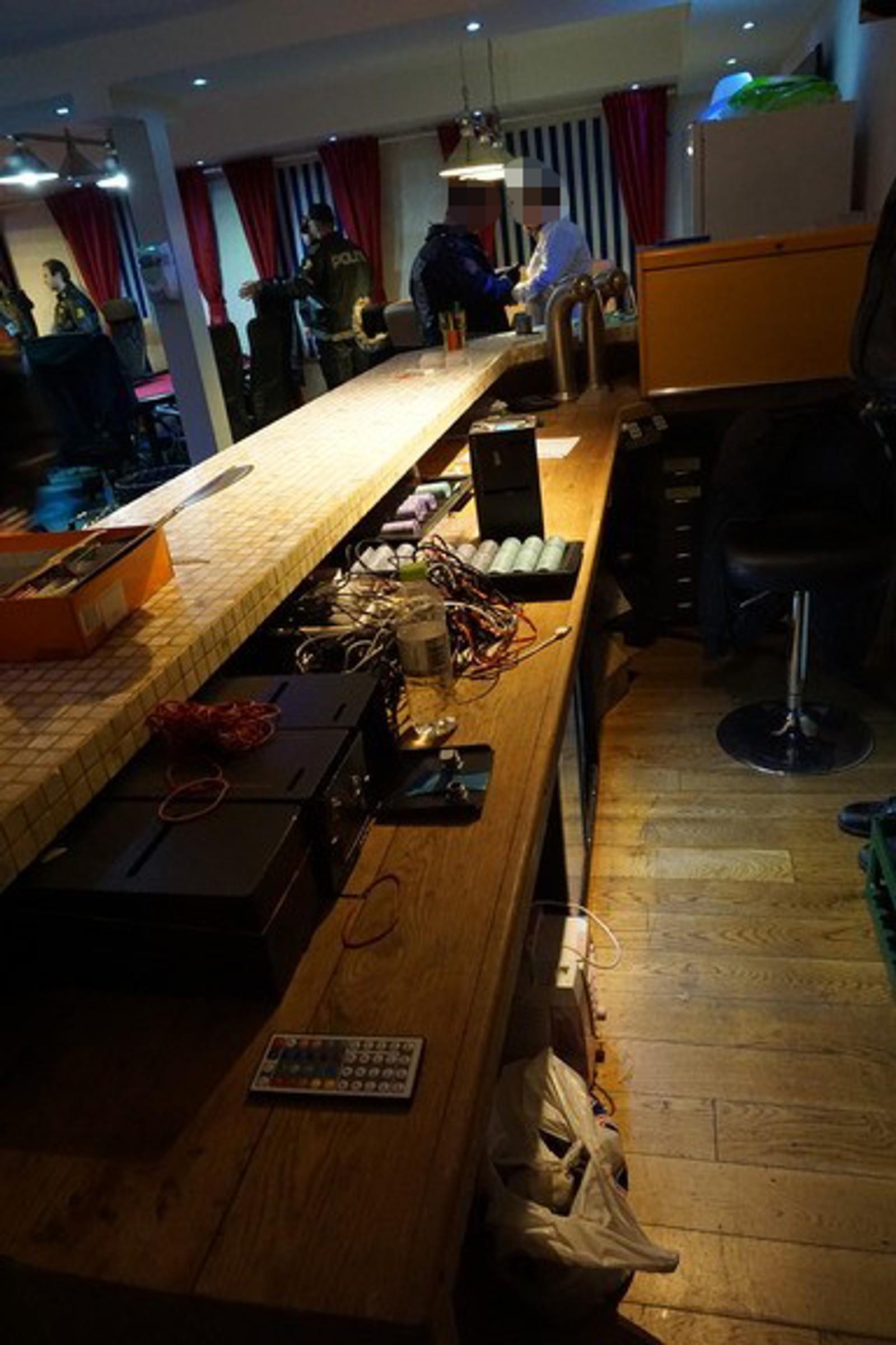 EGEN BAR: Pokerklubben i Kaigaten i Bergen er innredet med egen bar. Bildet er tatt under politiets razzia natt til fredag, der tre personer ble fengslet.