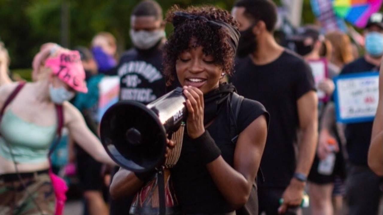 ENGASJERT: Naomi Williams (22) er over gjennomsnittet engasjert i politikk og samfunn, men synes ingen av partiene jobber for hennes sak, nemlig svart frigjøring.