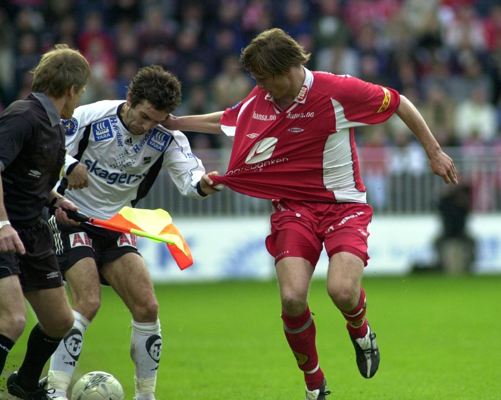 DRAKTRØSK: Odds Espen Hoff prøver å rive av Hanstveit den røde drakten på Brann Stadion i 2004.