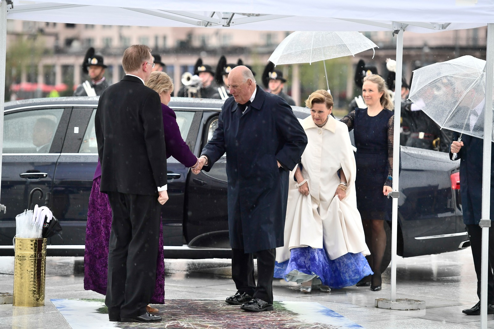 Kongeparet tas imot av statsminister Erna Solberg.