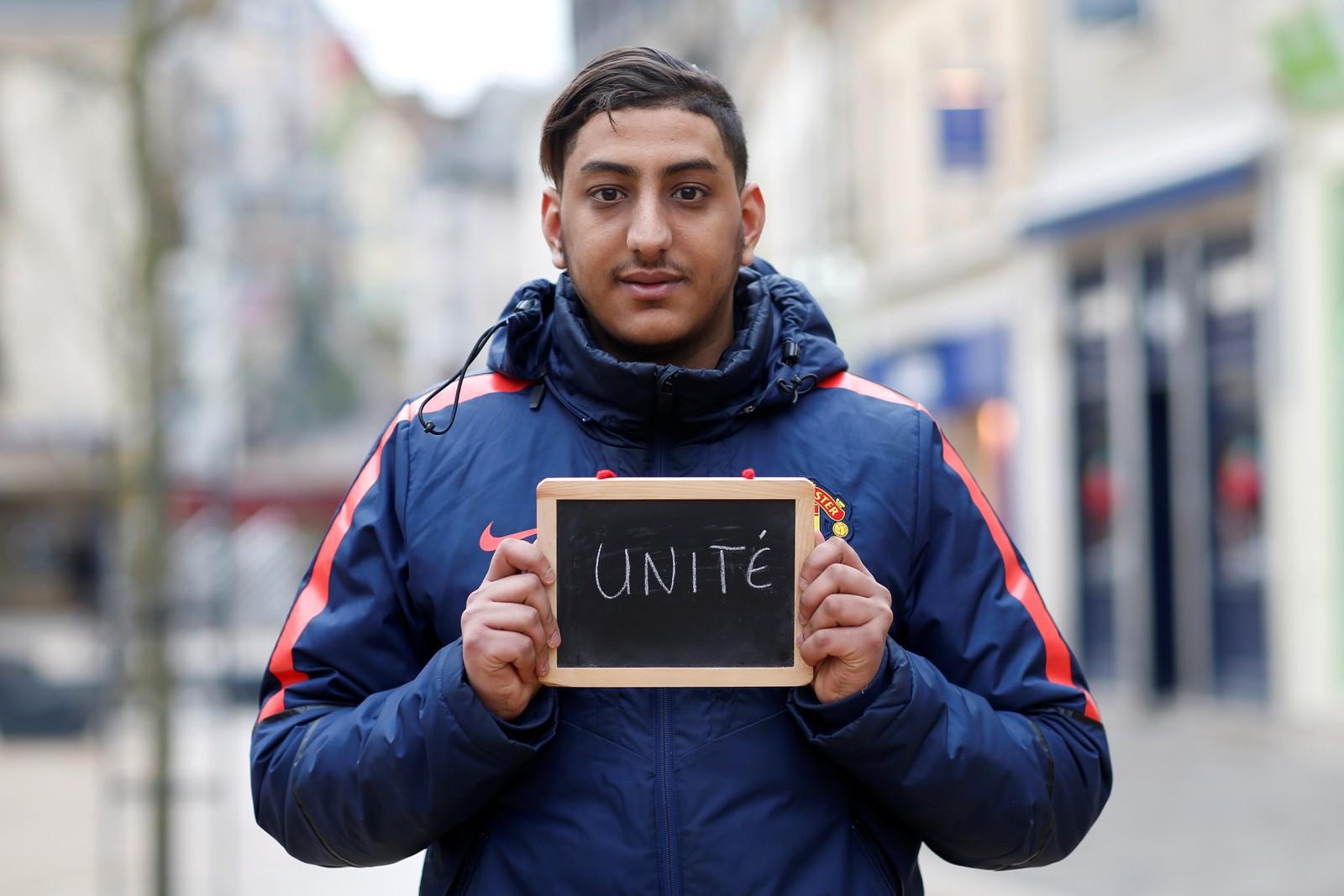 """Butikkassistenten Mehdi Belhabassi (21) ber om samhold. """"Det er viktig at vi kan leve sammen i fred og respektere hverandre. Uansett hvor vi kommer fra er vi alle franske og likeverdige""""."""