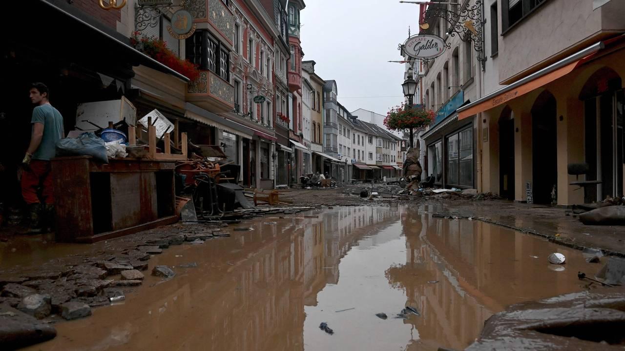 Gatene i Ahrweiler-Bad Neuenahr er fulle av gjørme og vann.