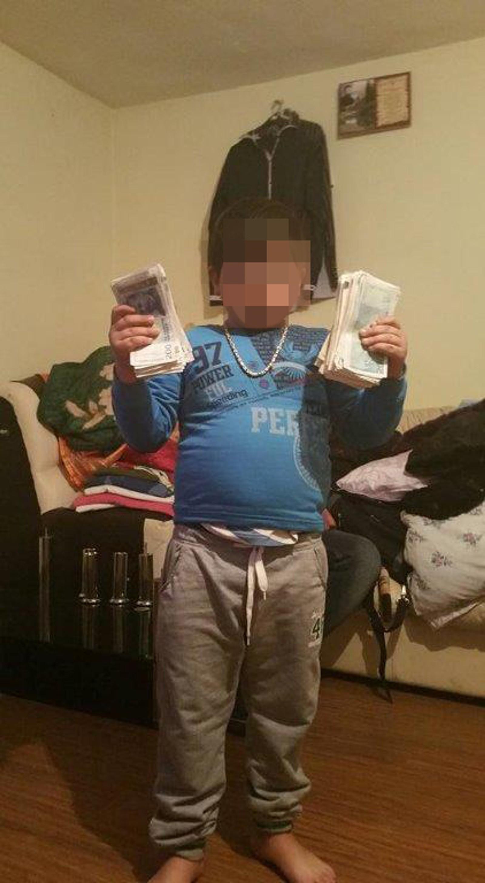 Flere legger også ut bilder av barna sine, som holder mye penger.