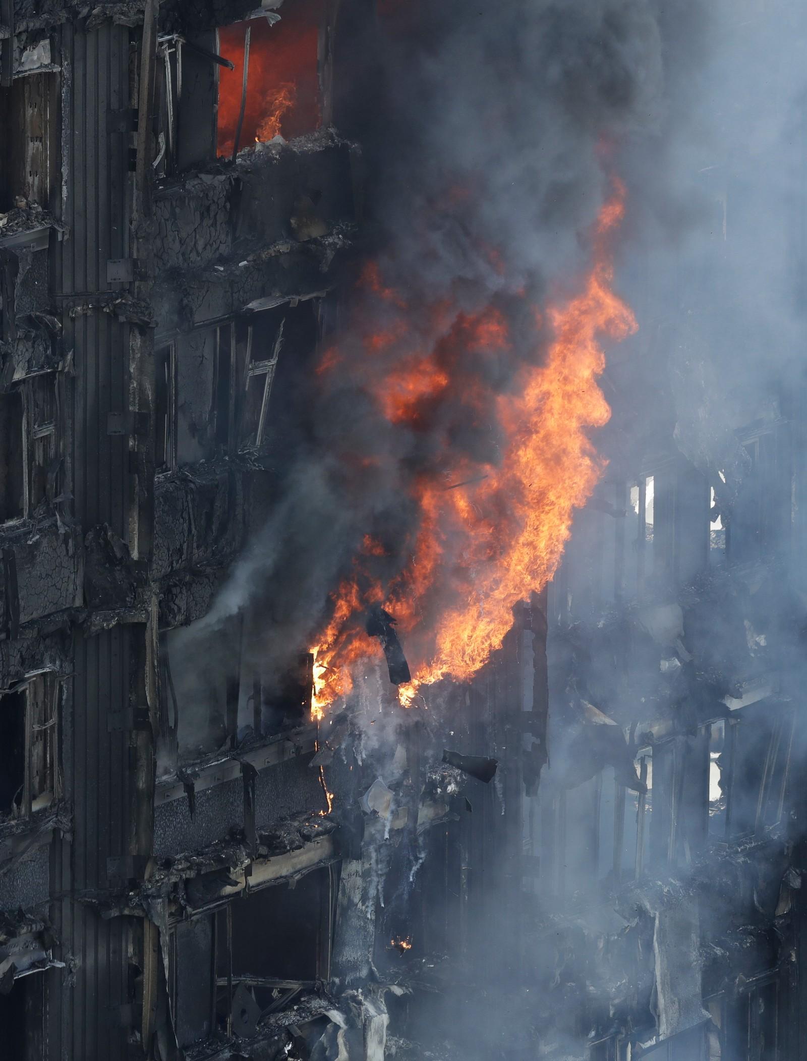 TYKK RØYK: Røyken fosset ut av vinduene i boligblokken i London.