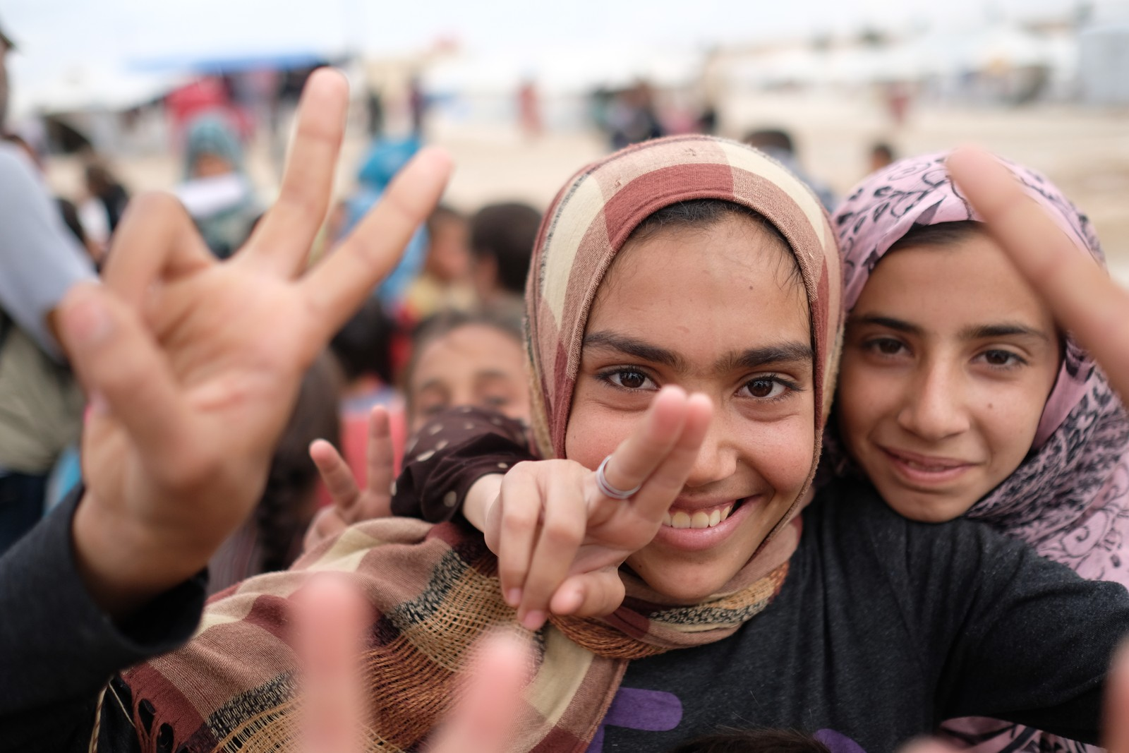 Seierstegnet blir brukt av barn over alt i Syria. Seieren over IS er ikke bare de voksnes seier. Tenåringsjentene skal få begynne på skole.