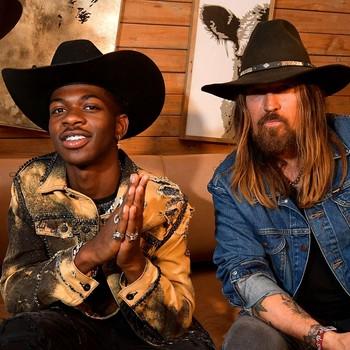 Lil Nas X og Billy Ray Cyrus sitter i en sofa under Stagecoach Festival 2019 i Indio, California