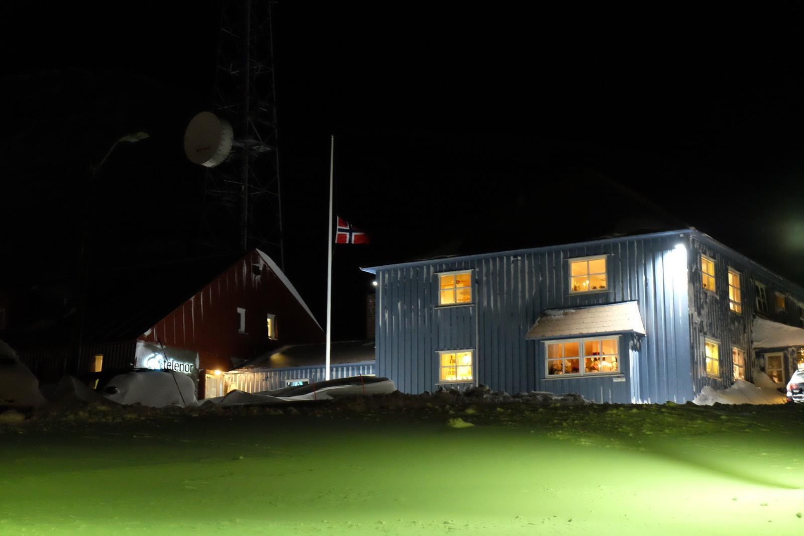 Flagg på halv stang i Longyearbyen