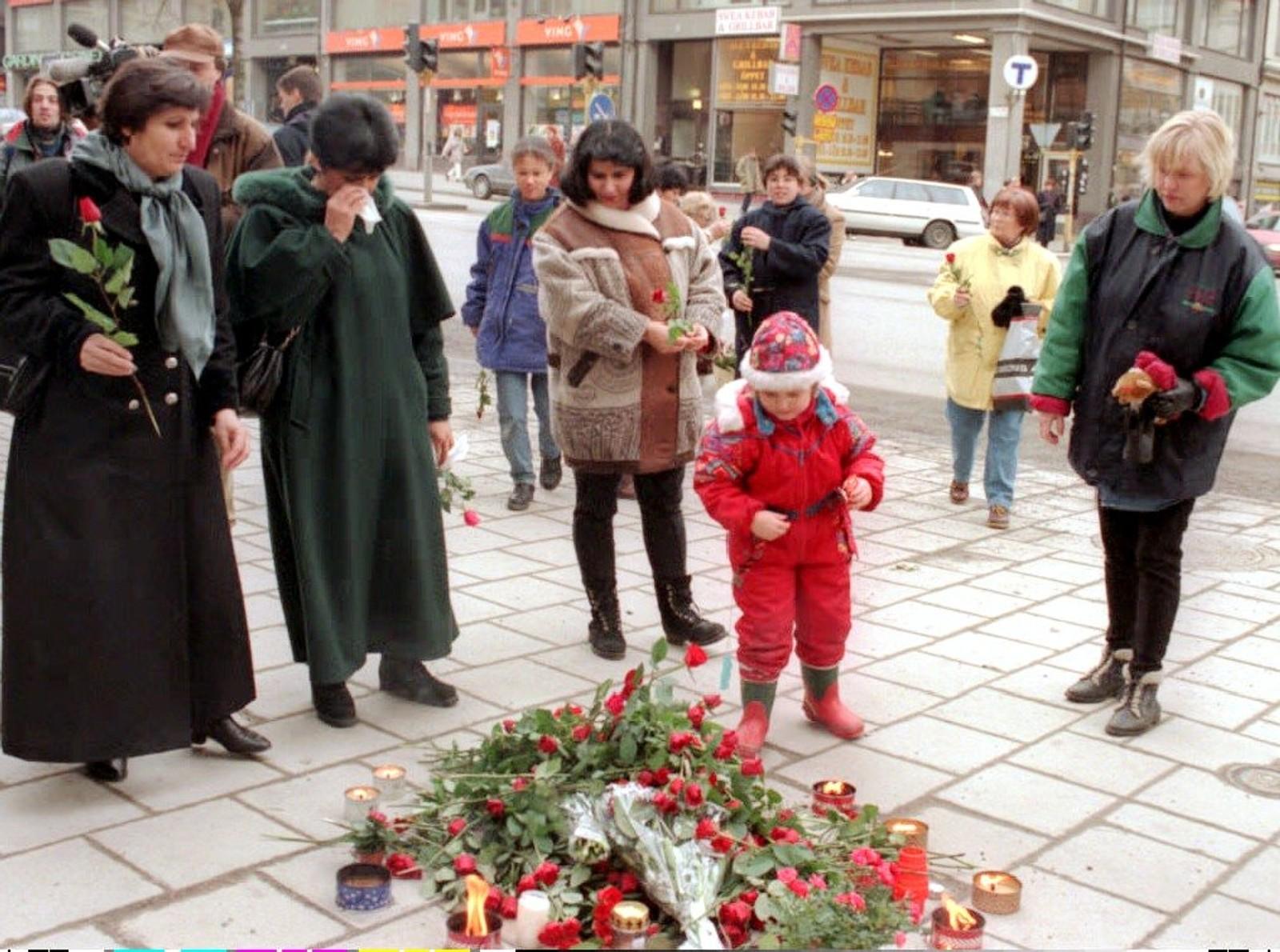 Svensker legger ned roser som et symbol på sosialdemokraten Olof Palme ved Sveavägen Avenue 28.