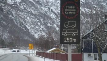 Skilt som varslar kontroll av tunge køyrety, ved Håbakken kontrollstasjon i Lærdal