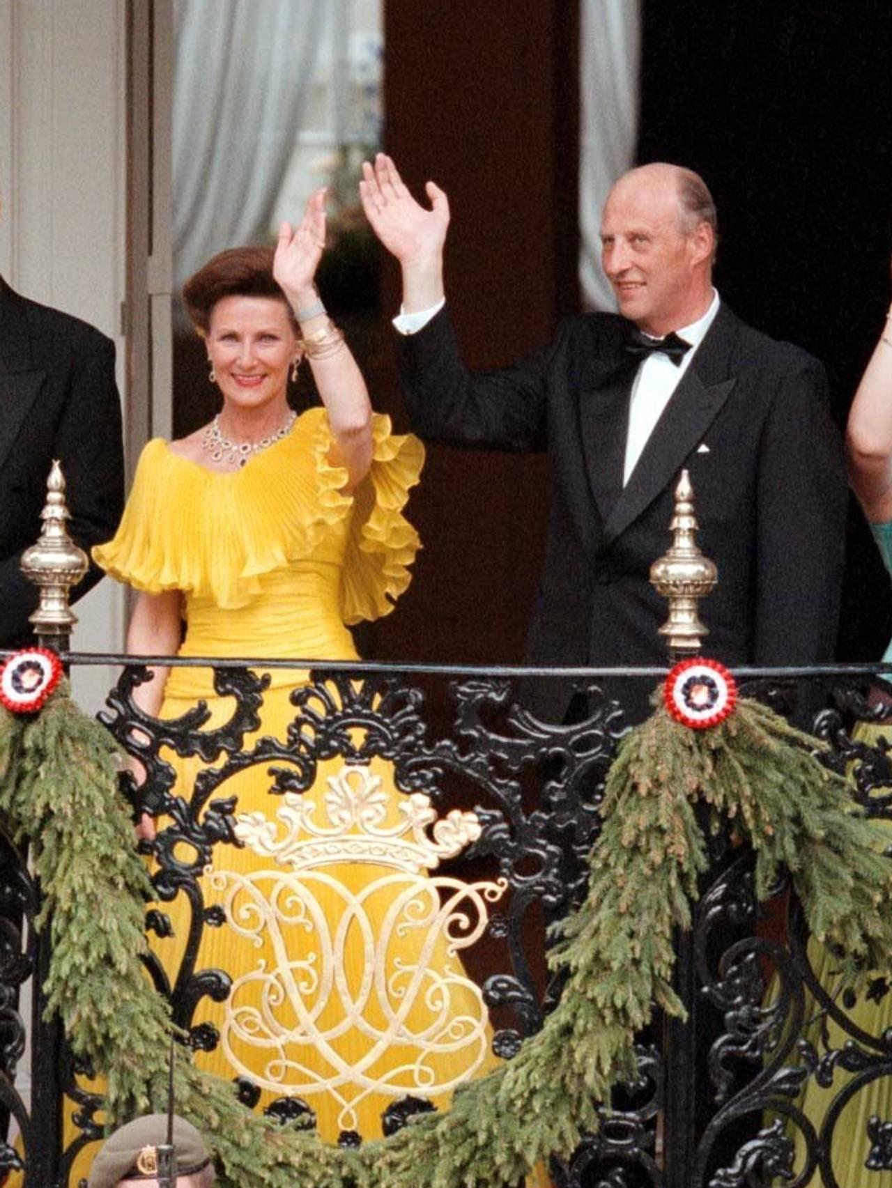 Dronning Sonja gul kjole