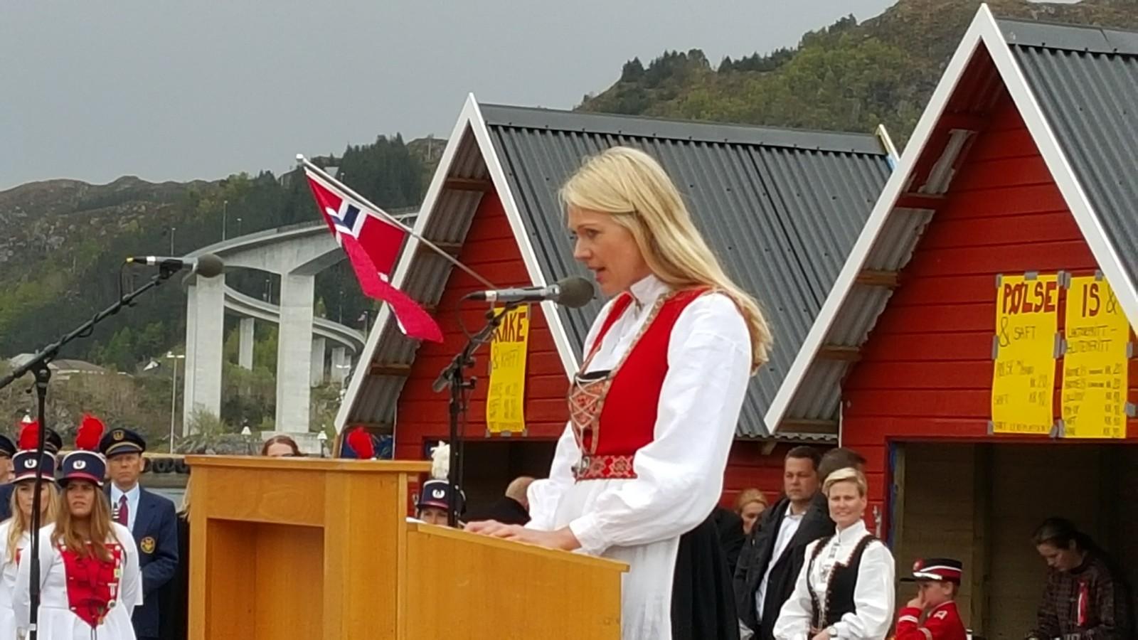 Randi Paulsen Humborstad var hovedtaler i Måløy. Hundrevis hadde møtt fram for å høyre ho.
