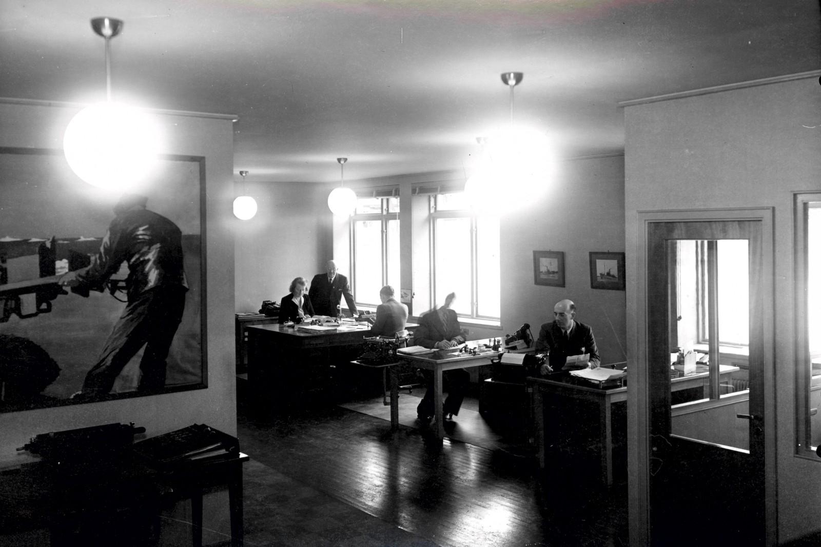 7. november 1945. Personer nedenfra: Gunvor Lund Hanssen og kontorsjef Arnt Olsen (stående), Kjell Neslow, Erling Hegg og H. Thorød-Hanssen.