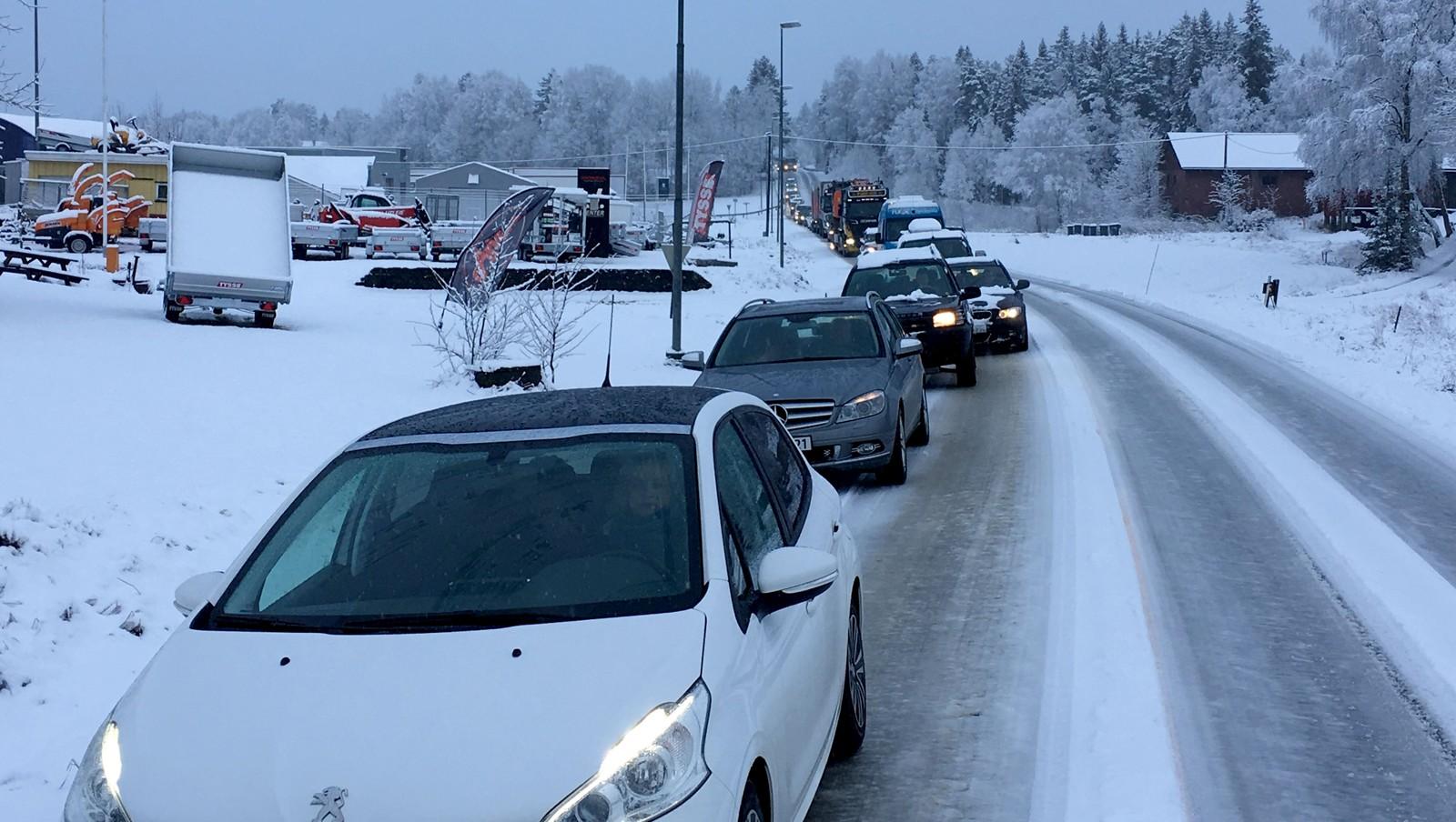 Temperaturen er nær null og det har kommet mye nedbør fredag morgen. Det fører til mange og lange køer sør i Østfold.