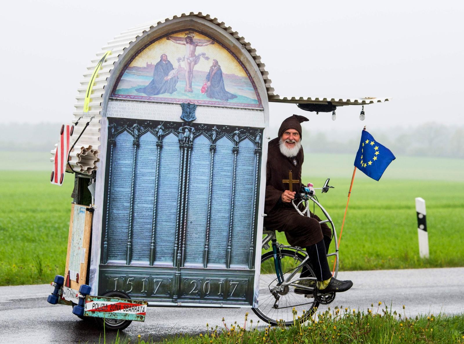 """Den tyske sykkelentusiasten Dieter """"Didi"""" Senft med noe han kaller Luther-mobilen. Det er en slags gjenskapelse av de 95 tesene Luther hang på døren til slottskirken i Wittenberg"""