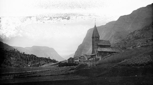 Stavkyrkja i Fortun slik ho såg ut før flyttinga til Bergen i 1883. Foto: K. Knudsen. © Billedsamlingen, UiB.