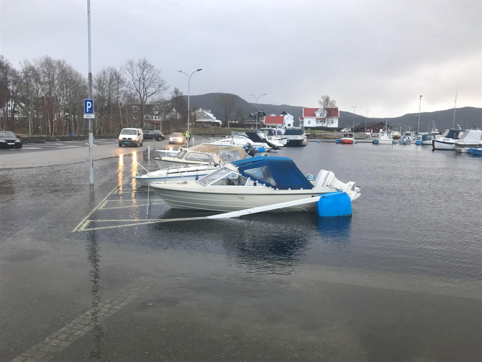 Stormflo i båthavna på Jørpeland