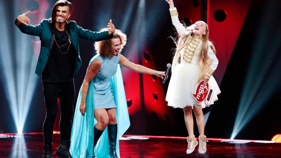 "Mathea-Mari vant MGpjr 2014 med sangen ""Hashtag online"". Her sammen med programlederne Tooji og Margrethe Røed."