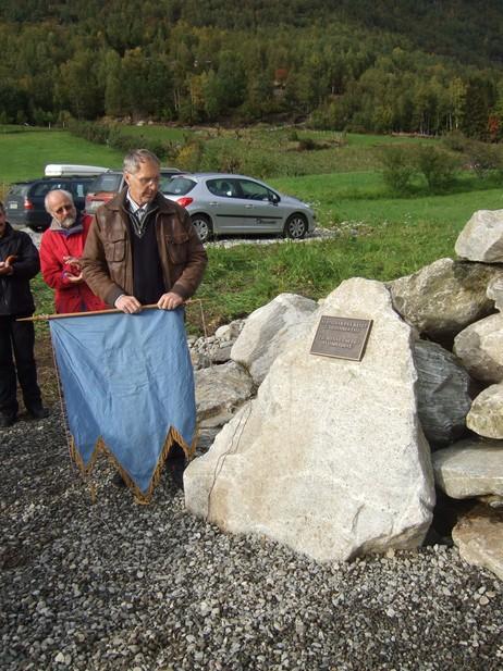 Den 28. september 2008 vart eit minnesmerke avduka på Nese av skredhistorikar Astor Furseth. Minnesmerket er sett saman av 45 steinar som er gravne opp av skredmassane, ein stein for kvart rasoffer. Foto: Jon Nese. Frå Pridlao.
